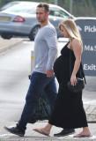Con su novio Adam Crofts una semana antes del bebé...