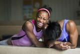 Simone Biles se ríe con su hermana Adria durante e...