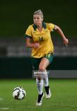 Alanna Kennedy de Matildas controla el balón duran...