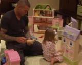 Keith jugando con su niña Alanna Marie
