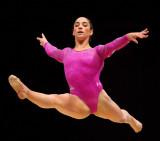 Aly Raisman compitiendo en el ejercicio de suelo e...
