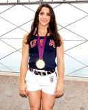 Chrissy Teigen busca gimnasta olímpica Aly Raisman...