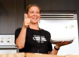Amanda Freitag Chef Amanda Freitag prepara un plat...