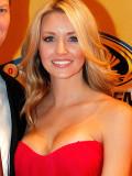 Dale Earnhardt Jr junto con su novia Amy Reimann y