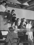 Pianista de conciertos Ania Dorfmann backtocamera...