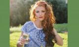 Audrey Roloff vendiendo vino
