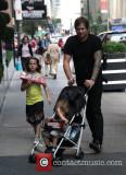 Pasea por Soho con su hija Ava Elizabeth New York