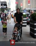 Tom DeLonge camina por Soho con su hija Ava Elizab...