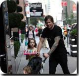Tom DeLongewalks a través de Soho con su hija
