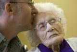 Besse Cooper recibe un beso de su nieto durante un...