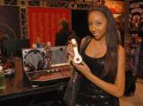 Bianca Renee muestra su nuevo auricular de cable M...