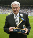 Obtener detrás de FA s daylong saludo a Sir Bobby...