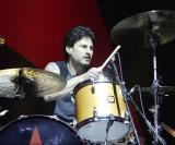 Brad Wilk actuando en vivo con Rage Against the Ma...
