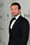 Bradley Cooper Garbs Tux en la gala habla de la pe...