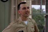 Bruno Kirby como teniente Steven Hauk en Buenos dí...