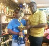 Bryan Breeze de Trophy Stall entrega el trofeo a A...