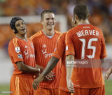 Calen Carr de Houston Dynamo celebra con Bobby Bos...