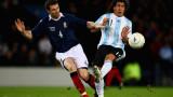 Escocia Stephen McManus se enfrenta a Carlos Tevez...