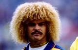 El ex estrella del fútbol colombiano Carlos Valder...