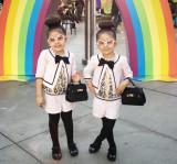 Jarige tweeling draagt de meest geweldige trajes