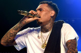 Chris Brown habla en el escenario durante iHeartRa...