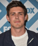 Chris Lowell El actor Chris Lowell llega al 2014 F...