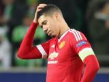 Chris Smalling parece deprimido ante la derrota de...
