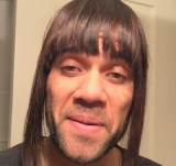 Daniel Alves perece imita namorada y pasa mensaje...