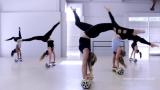 Ver Acrobates talentosos hacer una danza Hoverboar...