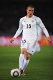 Diego Pérez de Uruguay corre con el balón durante...