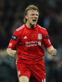 Dirk Kuyt, de Dirk Kuyt, de Liverpool, celebra su...