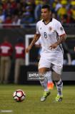 Edwin Cardona de Colombia conduce el balón durante...