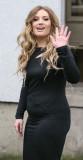 La cantante Ella Henderson es retratada dejando lo...