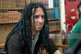 Eric Melvin de la banda NOFX firma copias del nuev...