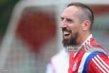Franck Ribery del FC Bayern Muenchen sonríe durant...