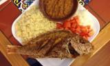 El pescado frito se sirve con attieke un Cote I vo...
