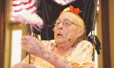 Persona más antigua Gertrude Weaver pasa