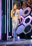 Gigi Hadid muestra algo de piel durante el show de...