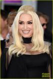 Gwen Stefani muestra sus piernas en traje puro en...