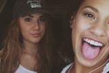 Hannah Talliere y una amiga en un
