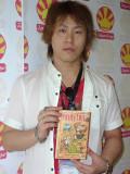 Hiro Mashima com um exemplar de