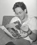 Jeff leyendo una copia de Modern Drummer Jeff Porc...