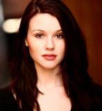 Jenn Proske es una actriz que tiene el papel femen...