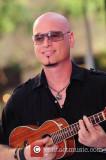 Entrena a la guitarra de Jimmy Stafford actuando e...