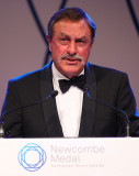 John Newcombe habla durante la Medalla Newcombe en