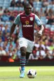 Jores Okore Jores Okore de Aston Villa corre con l...