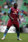 Jores Okore Jores Okore de Aston Villa en acción d...