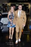 Guy Sebastian y su esposa Jules Egan fuera de la I...