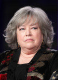 La actriz Kathy Bates habla durante la Ley de Harr...