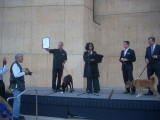 Mons. Kevin Kostelnik recibe la proclamación de la...
